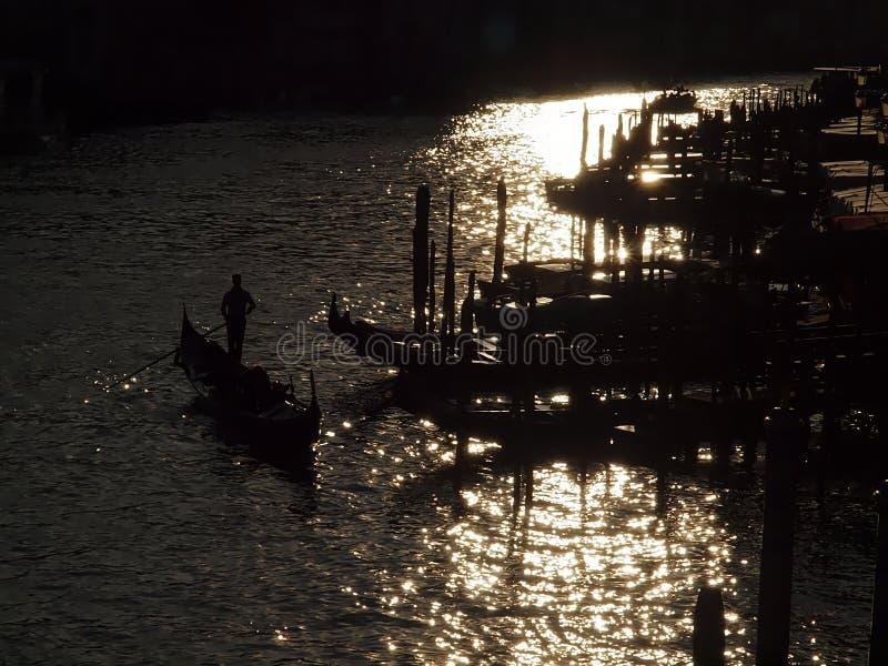 Gondoler på Canale Grende mot solljus royaltyfri fotografi