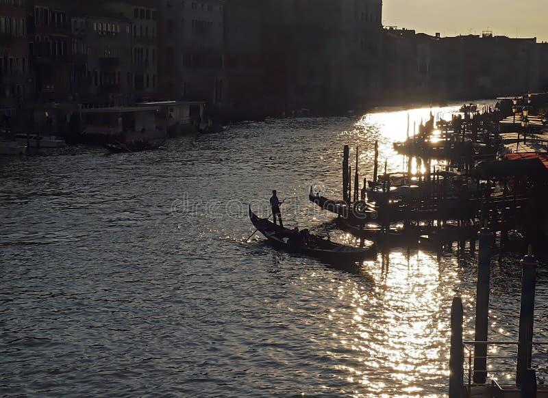 Gondoler på Canale Grende mot solljus arkivbilder