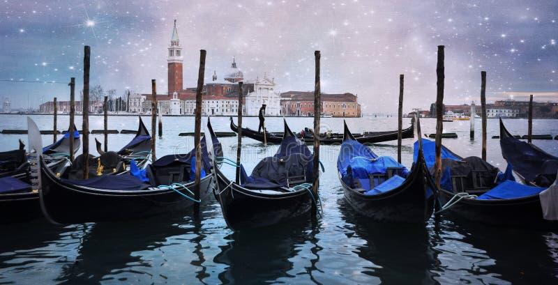 Gondoler på de Venedig kanalgondolerna i den Venedig kanalen med gondoljären som bär ett par som är förälskat med kyrkan i bakgru royaltyfri fotografi