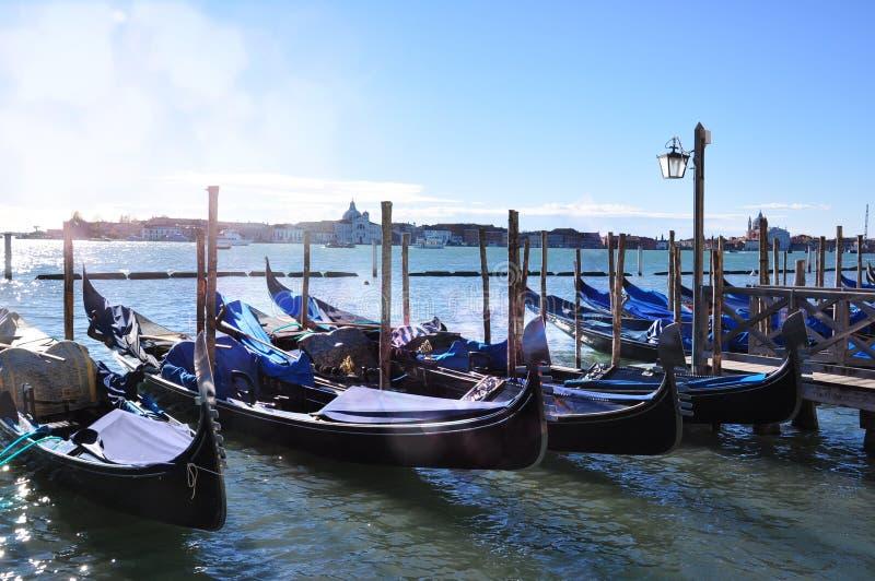 Gondoler på den storslagna kanalen med solljus i Venedig royaltyfri foto