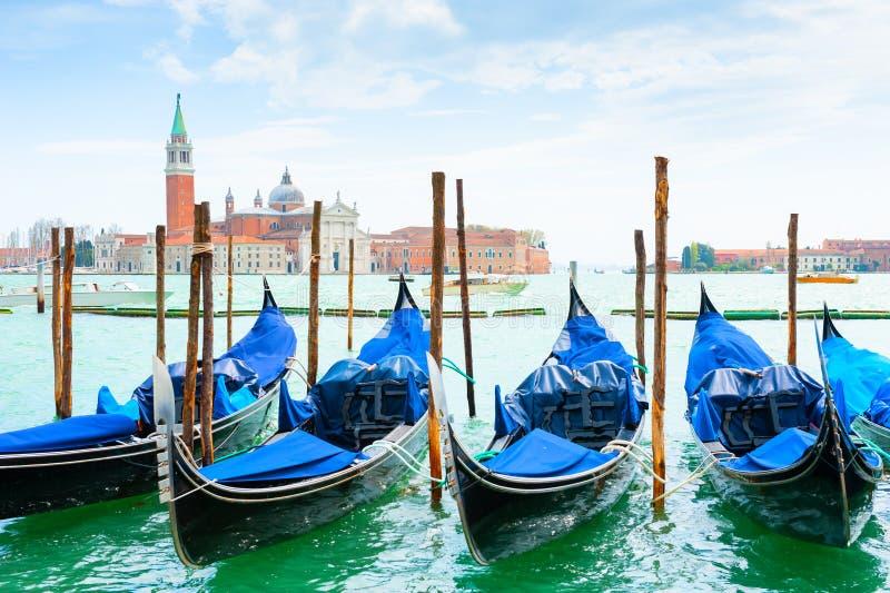 Gondoler p? den storslagna kanalen n?ra den San Marco fyrkanten i Venedig, Italien royaltyfria bilder
