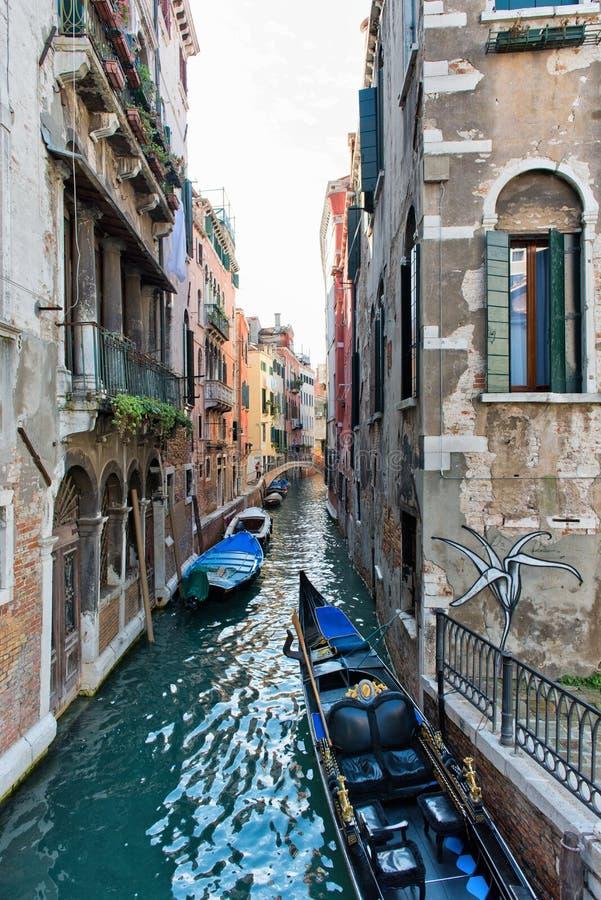 Gondoler på den Venetian kanalen i bostadsområde arkivfoto