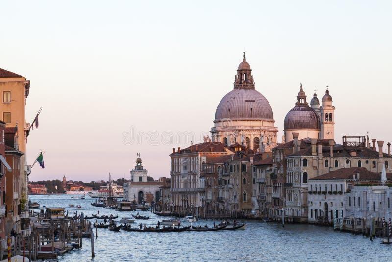 Gondoler på Grand Canal på solnedgången, basilikadi Santa Maria della Salute, Venedig, Italien arkivbilder