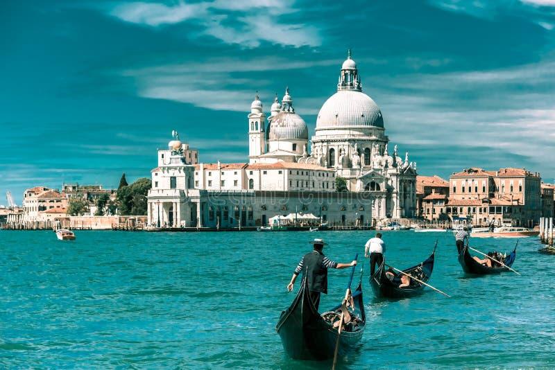 Gondoler på kanalen som är stor i Venedig, Italien royaltyfri bild
