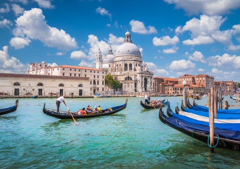Gondoler på kanalen som är stor med basilikadi Santa Maria della Salute, Venedig, Italien royaltyfri fotografi