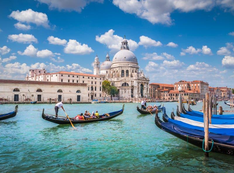 Gondoler på kanalen som är stor med basilikadi Santa Maria della Salute, Venedig, Italien arkivfoto
