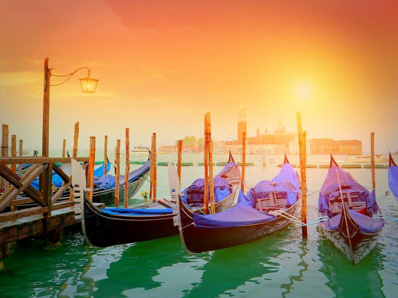 Gondoler på kanalen som är stor med den San Giorgio Maggiore kyrkan, Venedig royaltyfria foton