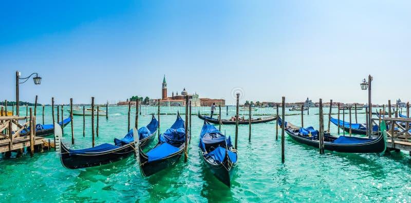 Gondoler på kanalen som är stor med San Giorgio Maggiore, Venedig, Italien fotografering för bildbyråer