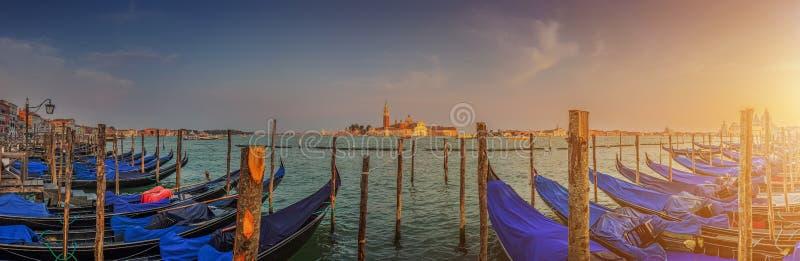 Gondoler på kanalen som är stor på solnedgången, San Marco, Venedig, Italien royaltyfri bild