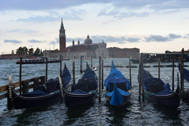 Gondoler på pir i Venedig arkivfoto