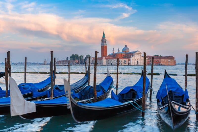 Gondoler på skymning i den Venedig lagun, Italia royaltyfria foton