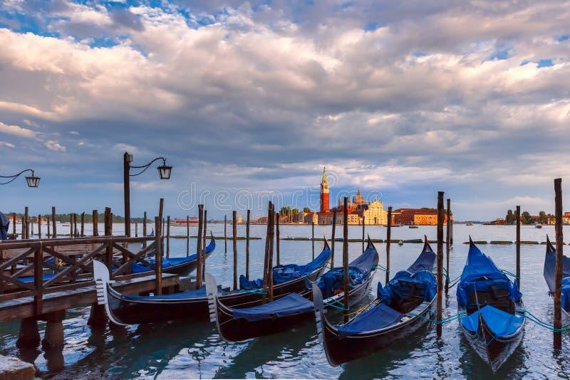 Gondoler på skymning i den Venedig lagun, Italia fotografering för bildbyråer