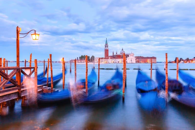 Gondoler på skymning i den Venedig lagun, Italia royaltyfri fotografi
