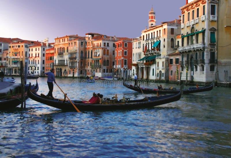 Gondoler på Venedig på skymning arkivfoton