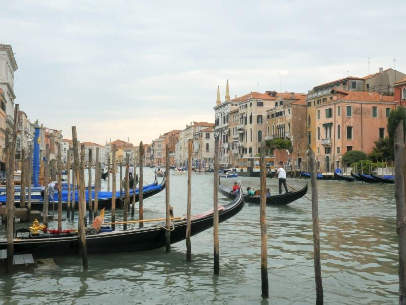 Gondoler på Venedig storslagna kanal i eftermiddagen arkivbilder