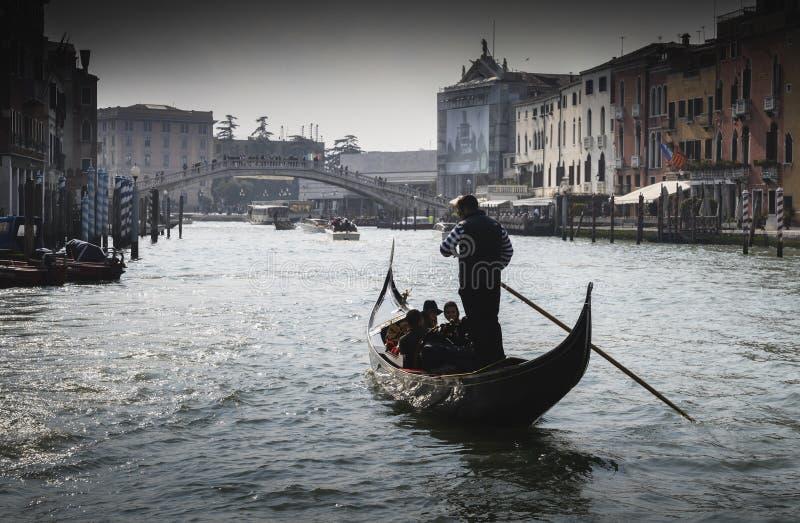 Gondoler seglar längs den stora kanalen Gondolen är den attraktivaste turist- transporten i Venedig Romantisk vattentur på arkivbild