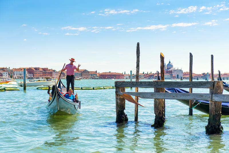 Gondoler seglar längs den Venetian lagun royaltyfria bilder