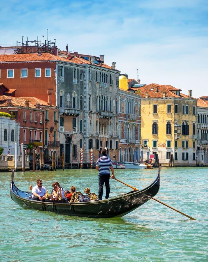 Gondoler seglar längs Grand Canal i Venedig arkivbild