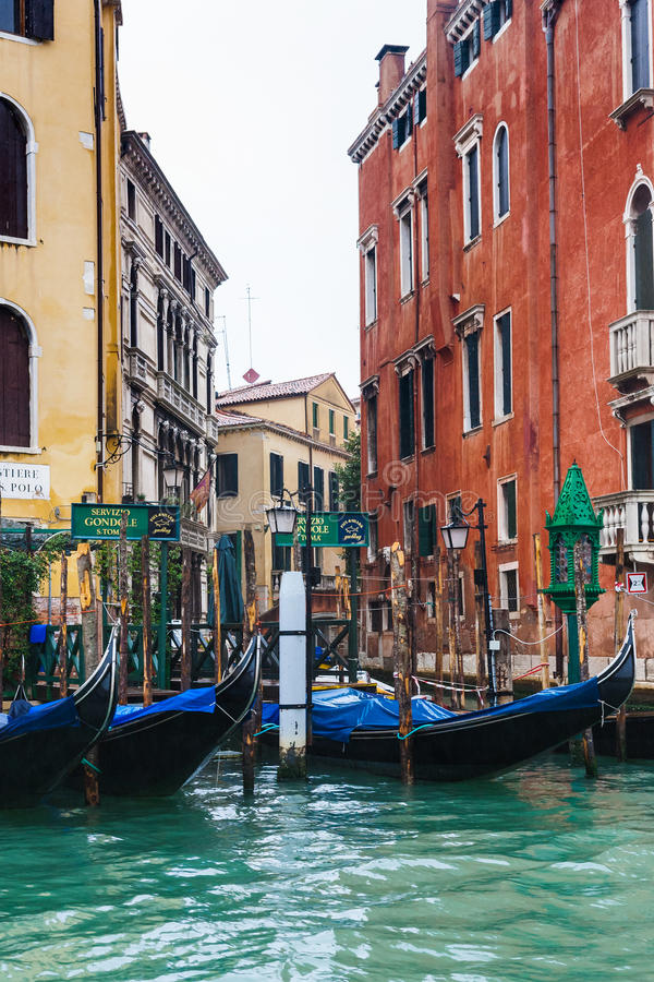 Gondoler servar i Venedig i regn royaltyfri fotografi