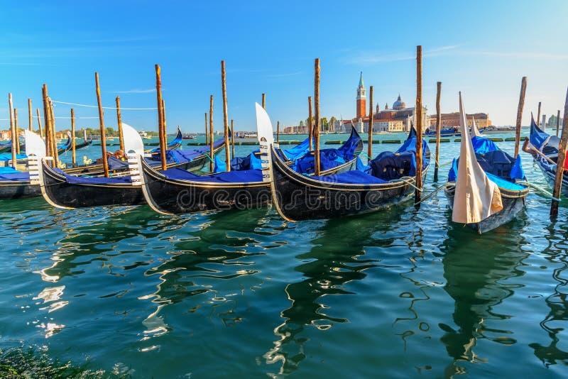 Gondoler som förtöjas av piazza San Marco Venedig italy royaltyfria foton