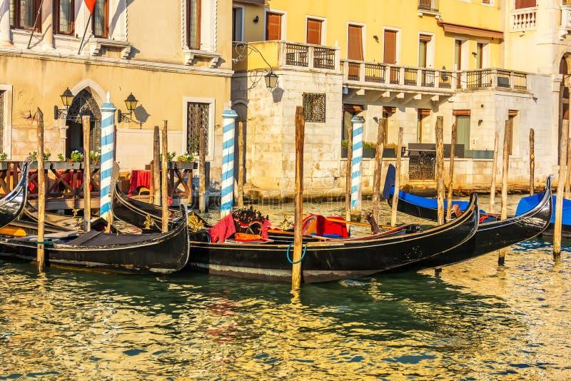 Gondoler som förtöjas på Grand Canal av Venedig, Italien royaltyfria bilder