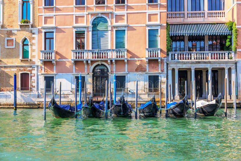 Gondoler som förtöjas på Grand Canal av Venedig, sommarsikt royaltyfri bild