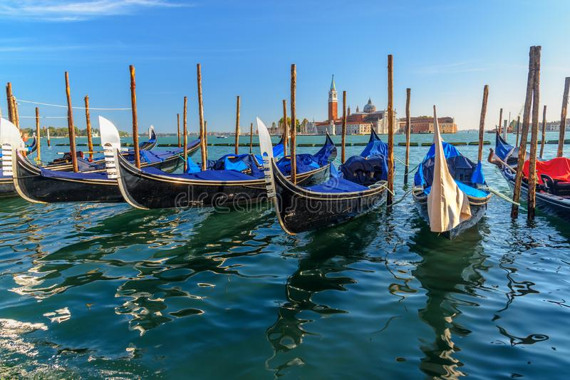 Gondoler som f?rt?jas av piazza San Marco Venedig italy royaltyfria bilder