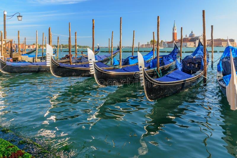 Gondoler som f?rt?jas av piazza San Marco Venedig italy fotografering för bildbyråer
