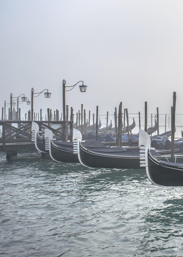 Gondoler som parkeras på kusten, Venedig, Italien arkivfoton