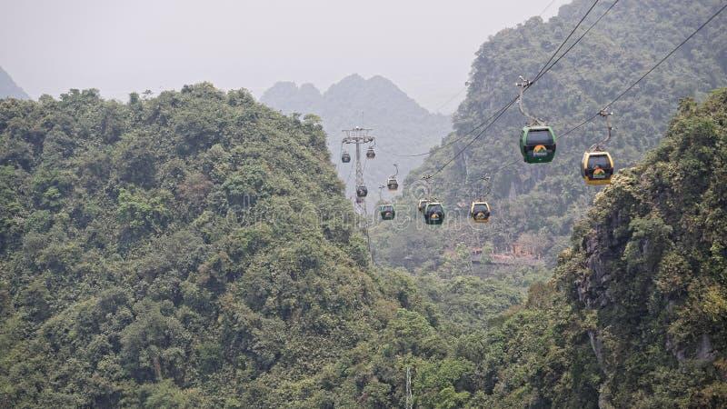 Gondoler som rider över doftpagod arkivbild