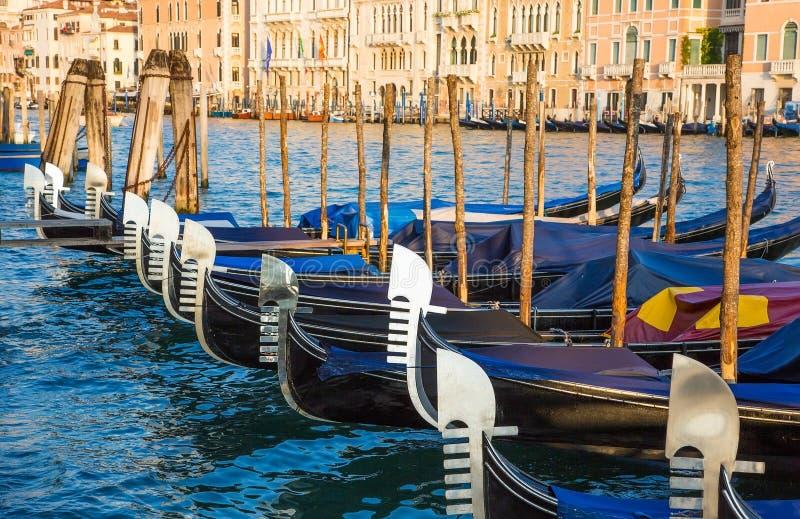 Gondoler stänger sig upp i Grand Canal royaltyfri foto