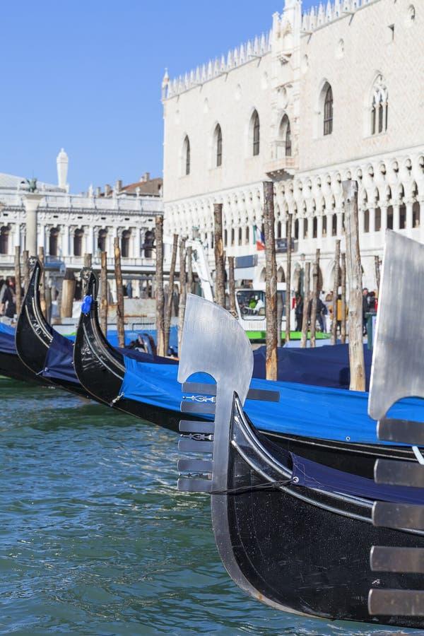 Gondoler - symbol av Venedig, på porten för slott för doge` s, Venedig, Italien arkivbild