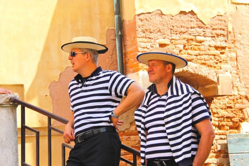 Download Gondolero Dos En Los Muelles Que Aguarda A Turistas En Venecia, Italia Imagen editorial - Imagen de holiday, viejo: 42433245