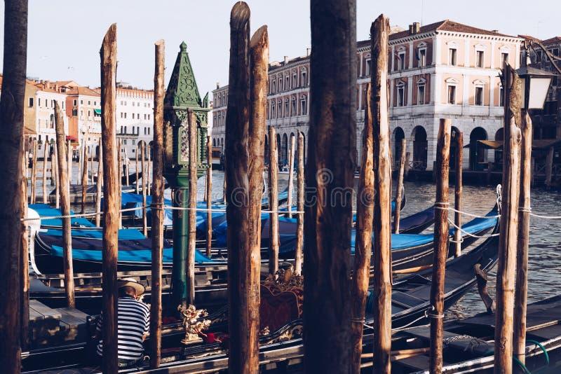 Gondolero que toma resto en Venecia - Italia fotografía de archivo