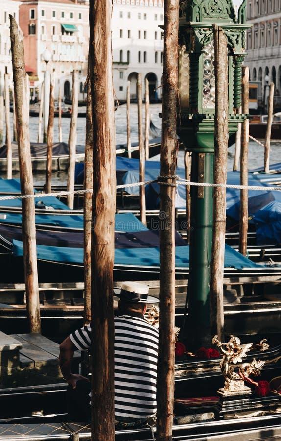 Gondolero que toma resto en Venecia - Italia imagen de archivo libre de regalías