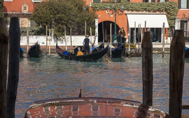 Gondoleros En El Gran Canal Foto de archivo editorial