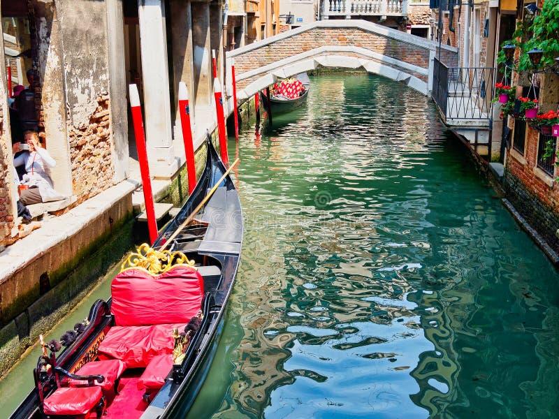 Gondoles accouplées dans le canal de Venise, Italie photos stock