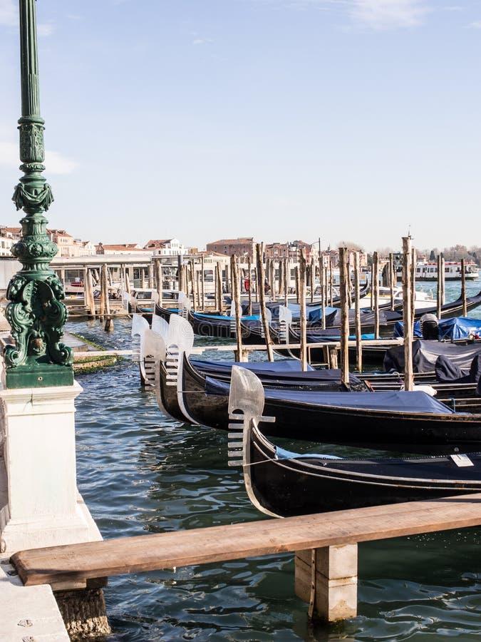 Gondoles amarrées le long de Grand Canal, Venise photographie stock libre de droits