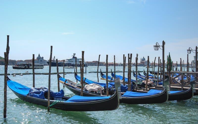 Gondoles azules parqueados en Venecia, Italia, Europa fotos de archivo libres de regalías