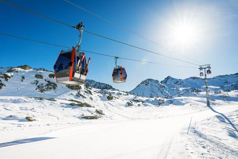gondoles de remonte-pente contre le ciel bleu au-dessus de la pente à la station de sports d'hiver images libres de droits
