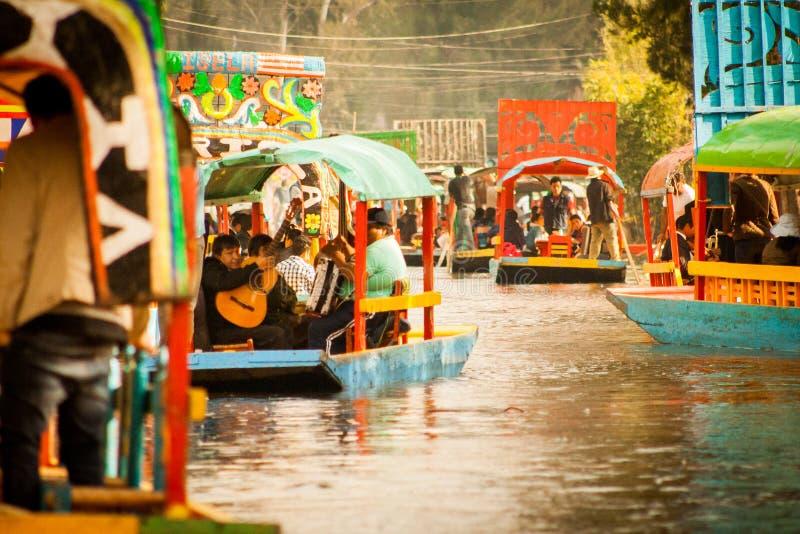 Gondoles mexicaines colorées aux jardins de flottement de Xochimilco en M image stock
