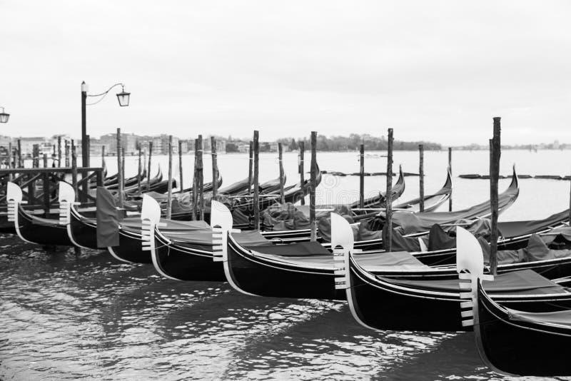 Gondoles noires et blanches de Venise accouplées images libres de droits