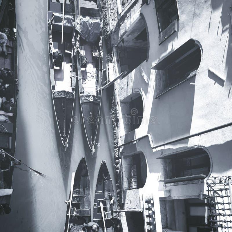 Gondoles stationnées à Venise photographie stock