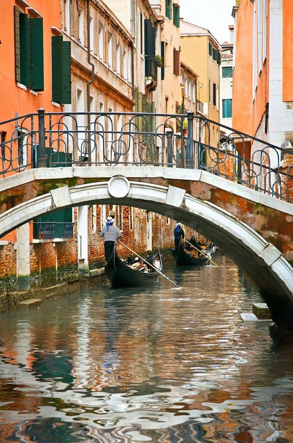 Gondoles sur le canal à Venise photographie stock