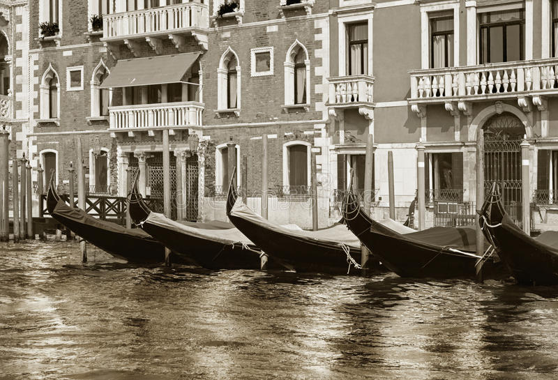 Gondoles vénitiennes accouplées photographie stock libre de droits