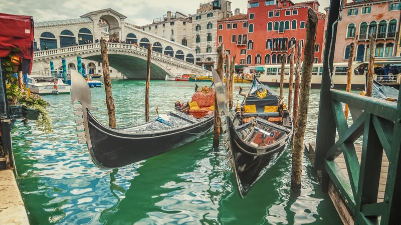 Gondoles vides par le pont de Rialto à Venise, Italie photographie stock libre de droits