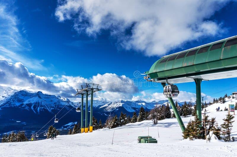 Gondoli przejażdżka wierzchołek Narciarski wzgórze przy Jeziornym Louise w Kanadyjskich Skalistych górach fotografia royalty free