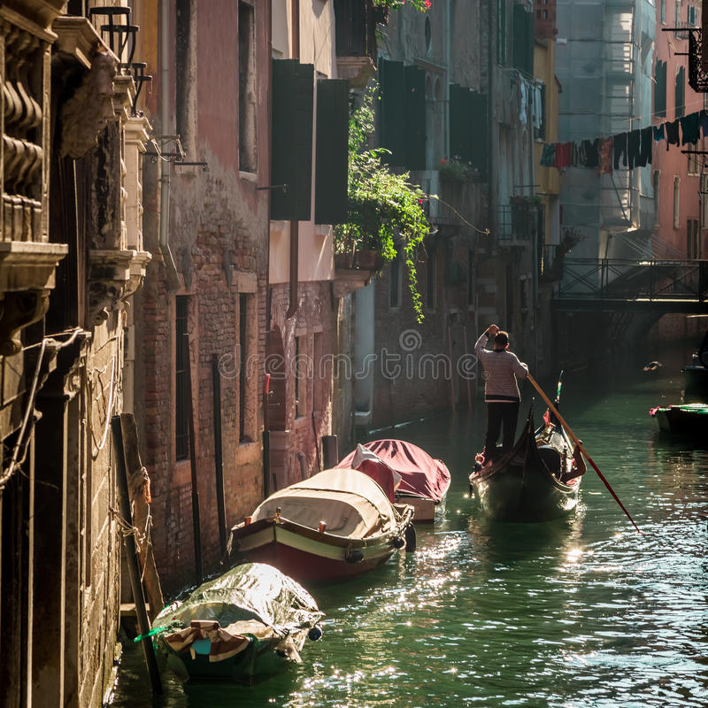 Gondolier που επιπλέει σε ένα κανάλι στη Βενετία στοκ φωτογραφίες με δικαίωμα ελεύθερης χρήσης