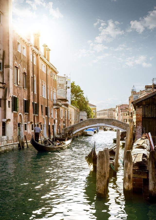 Gondolier που παρουσιάζει πόλη της Βενετίας τουριστών, Ιταλία στοκ εικόνα