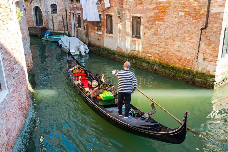 Gondolier στη γόνδολα στις απόψεις του υποβάθρου της Βενετίας, Ιταλία στοκ εικόνες